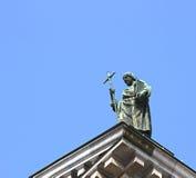 Statue eines Predigers auf dem Dach von Kathedrale St. Isaacs in St. Lizenzfreies Stockfoto
