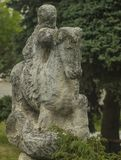 Statue eines Reiters auf einem Pferd, das mit voller Geschwindigkeit galoppiert stockbild
