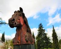 Statue eines roten königlichen Pferds lizenzfreies stockbild