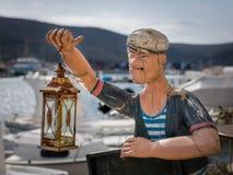 Statue eines Seemanns, der eine Lampe, gemacht vom Holz hält Stockfoto