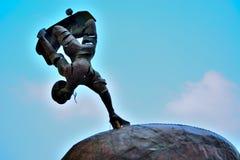 Statue eines Skateboardfahrers, der einen Trick tut stockbilder