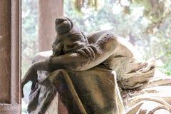 Statue eines Sorgen machenden Mädchens Lizenzfreies Stockfoto