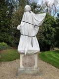 Statue eingewickelt in der weißen Abdeckung für Schutz bei kühlem Wetter stockfotos