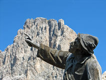 Statue en bois avec son doigt vers le haut images stock