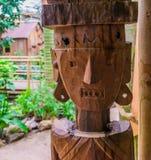 Statue en bois découpée d'une personne indigène, décorations africaines de jardin photo stock