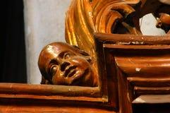 Statue en bois dans une église catholique Photo stock