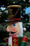 Statue en bois de casse-noix dans le régalia coloré de l'histoire de conte de fées de Noël Photographie stock libre de droits