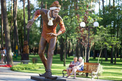 Statue en bois de joker en parc de ville Image stock