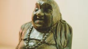 Statue en bois riant Bouddha Le caractère du bouddhisme chinois unfocused Photos stock