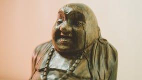 Statue en bois riant Bouddha Le caractère du bouddhisme chinois unfocused Photo stock