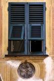 Abat-jour vénitiens en bois verts dans le portofino Image libre de droits