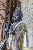 Statue en bronze antique avec des perles des perles dans le temple photographie stock libre de droits