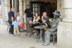 Statue en bronze d'homme au café extérieur photographie stock libre de droits