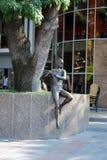 Statue en bronze d'un garçon jouant la cannelure dans le secteur récréationnel au remblai de ville de Gelendzhik photographie stock libre de droits