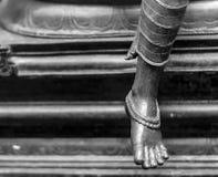 Statue en bronze d'une femme gracieuse montrant des chaînes de cheville image stock
