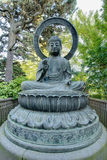 Statue en bronze de Bouddha dans le jardin japonais Images stock