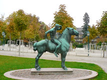 Statue en bronze de cavalier de cheval regardant en avant Image libre de droits
