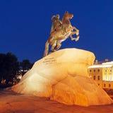 Statue en bronze de cavalier la nuit, St Petersbourg, Russie Photos stock