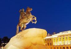 Statue en bronze de cavalier la nuit, St Petersbourg, Russie photographie stock