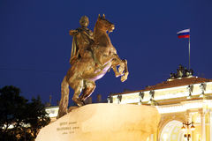 Statue en bronze de cavalier la nuit, St Petersbourg, Russie image libre de droits
