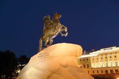 Statue en bronze de cavalier la nuit, St Petersbourg, Russie image stock