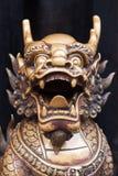 Statue en bronze de dragon dans un temple bouddhiste chinois image libre de droits