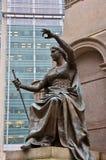 Statue en bronze de juge, détail de monument photos stock