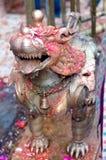Statue en bronze de lion au temple de Dakshinkali dans Pharping, Népal image libre de droits
