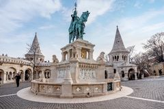 Statue en bronze de St Stephen près de bastion du ` s de pêcheur dans Budap photo stock