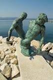 Statue en bronze des pêcheurs frottant à l'extérieur le réseau Photographie stock