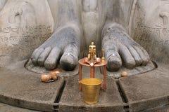 Statue en laiton devant une statue monolithique gigiantic de Bahubali, également connue sous le nom de Gomateshwara, colline de V photos stock