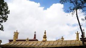 Statue en laiton sur le toit avec le ciel images libres de droits
