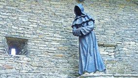 Statue en métal de moine à Tallinn image libre de droits