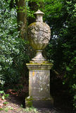 Statue en pierre d'urne, abbaye de Mottisfont, Hampshire, Angleterre images stock