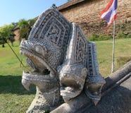 Statue en pierre de dragon à l'entrée d'un temple Photographie stock libre de droits