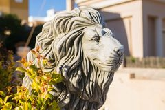 Statue en pierre de lion Sculpture de marbre d'un lion sur le piédestal photos stock
