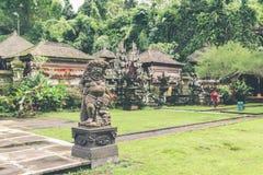 Statue en pierre indoue dans le temple de balinese Île tropicale de Bali, Indonésie photos stock