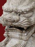 Statue en pierre orientale d'une tête de lions Photos stock