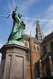 Statue et église à Haarlem, Hollande Photos stock