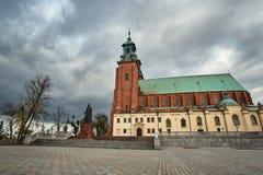 Statue et église gothique de cathédrale en automne photographie stock libre de droits