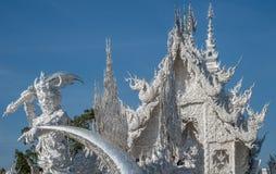 Statue et bâtiment au temple blanc en Thaïlande photo stock