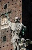 Statue et château Photographie stock libre de droits