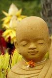 Statue et lotus de moine Photographie stock