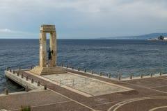 Statue et monument de déesse d'Athéna à Vittorio Emanuele au dello d'arène Stretto - Reggio de Calabre, Italie Photos stock