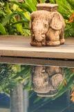 Statue et ombre d'éléphant près de piscine luxueuse dans un TR Photos stock