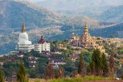 Statue et pagoda de Bouddha dans la province Thaïlande de Phetchabun Photo libre de droits