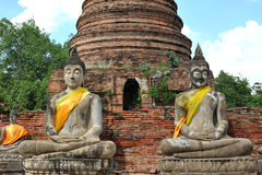 Statue et stupa de Bouddha au wat Yai Chaimongkol, Thaïlande Image stock