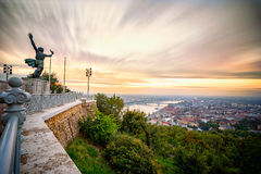 Statue faisant face au lever de soleil sur la colline de Gerlert à Budapest Image libre de droits