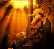 Statue femelle avec le ciel d'or images libres de droits
