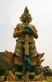Statue géante de gardien se tenant devant la montagne avec b blanc Photos libres de droits